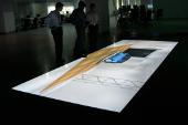Przednia projekcja na ekranie Goo malowanym na podłodze w centrum projektowym w Korei